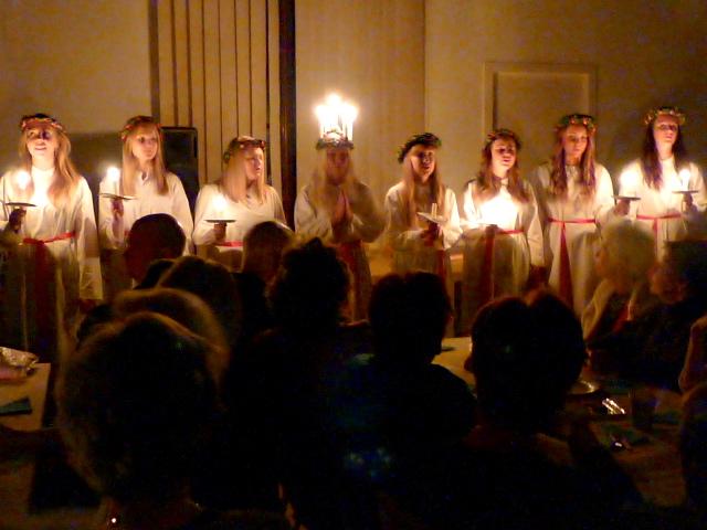 Lucie couronnée de bougies et ses demoiselles d'honneur chantent le retour des jours qui s'allongent