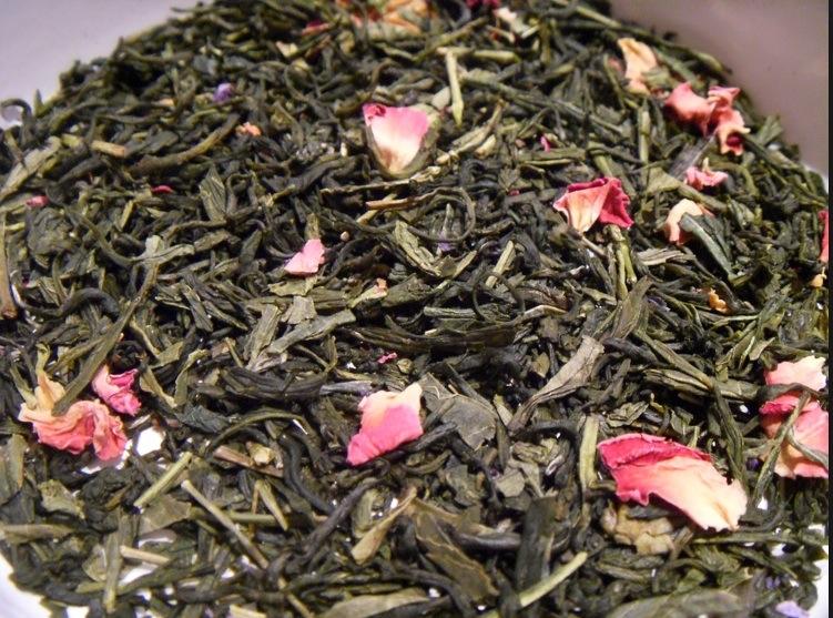 Des pétales de roses mêlées aux feuilles de thé vert donne une note fruitée au breuvage