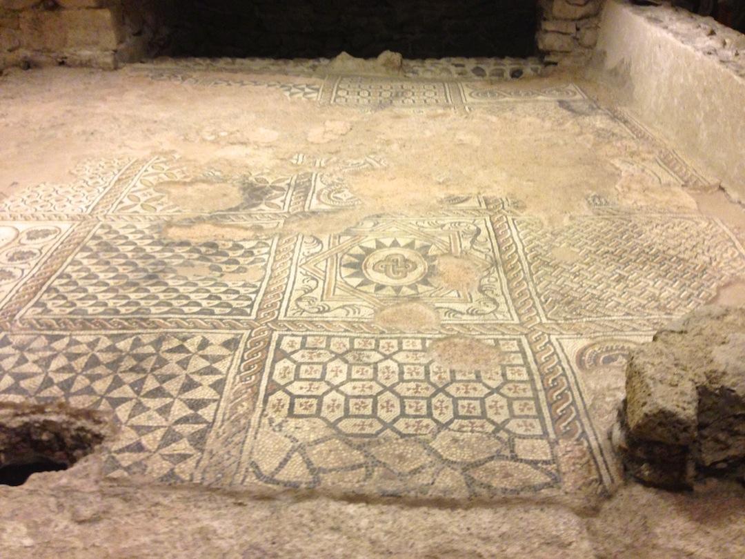 La salle de réception de l'évêque (vers 400). Un cadre magnifique orné d'un somptueux tapis de mosaïque daté du Ve siècle