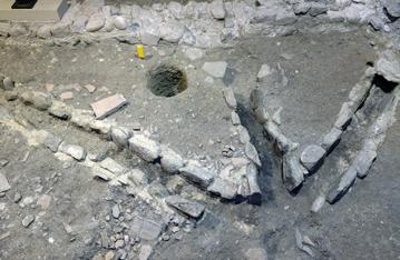 Photo: Site archéologique.   Chauffage au sol des cellules des clercs