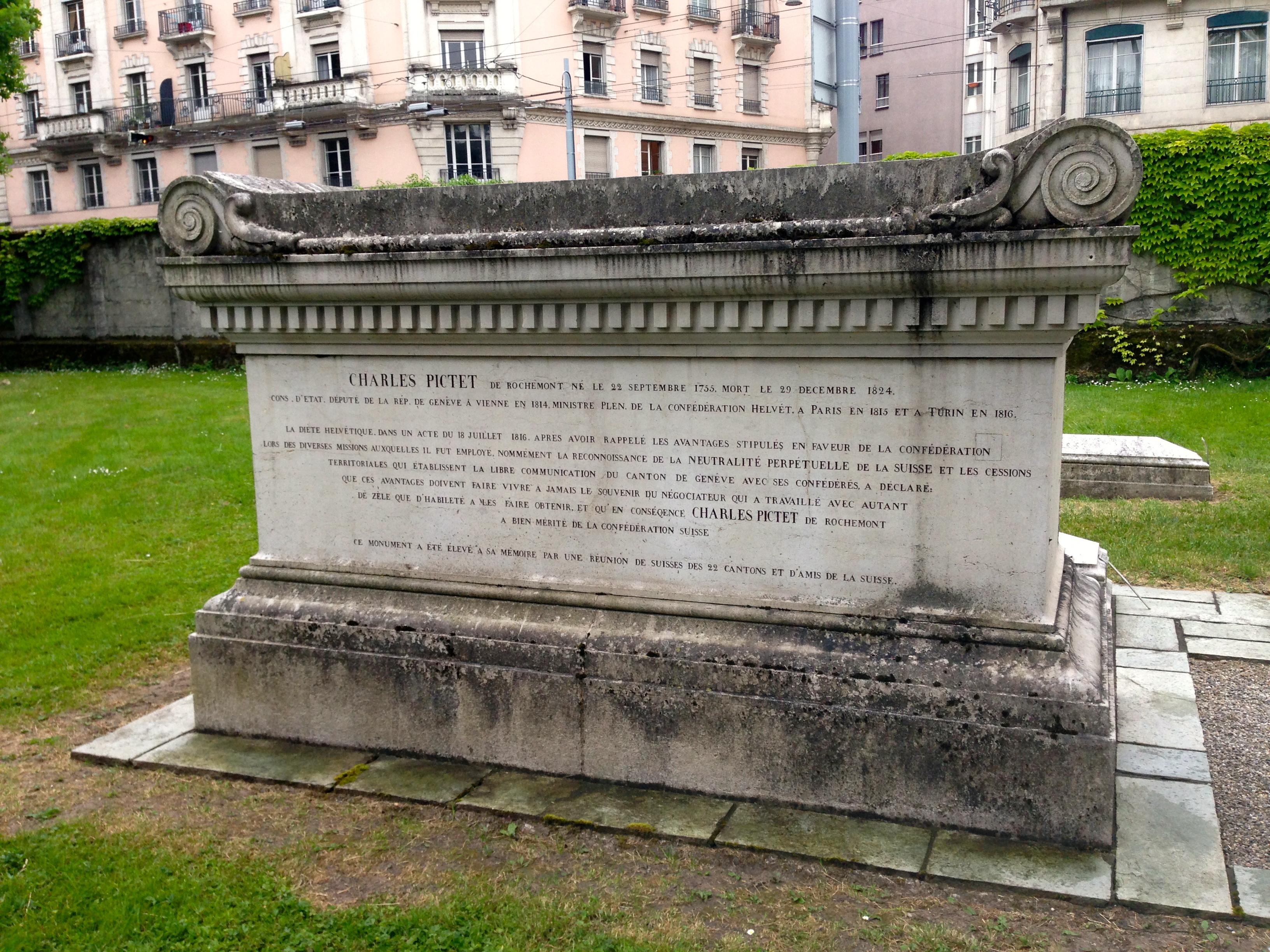 Sur son tombeau, l'épitaphe retrace la vie de