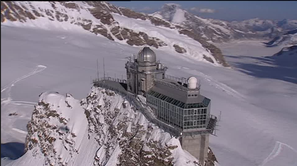 Le Sphinx est un éperon rocheux sur lequel un observatoire météorologique, astronomique et scientifique situé à 3'571m, point culminant du Jungfraujoch. Il est accessible au public par un ascenseur d'une centaine de mètres taillé dans la montagne, près de la station de train la plus haute d'Europe à 3'454m.
